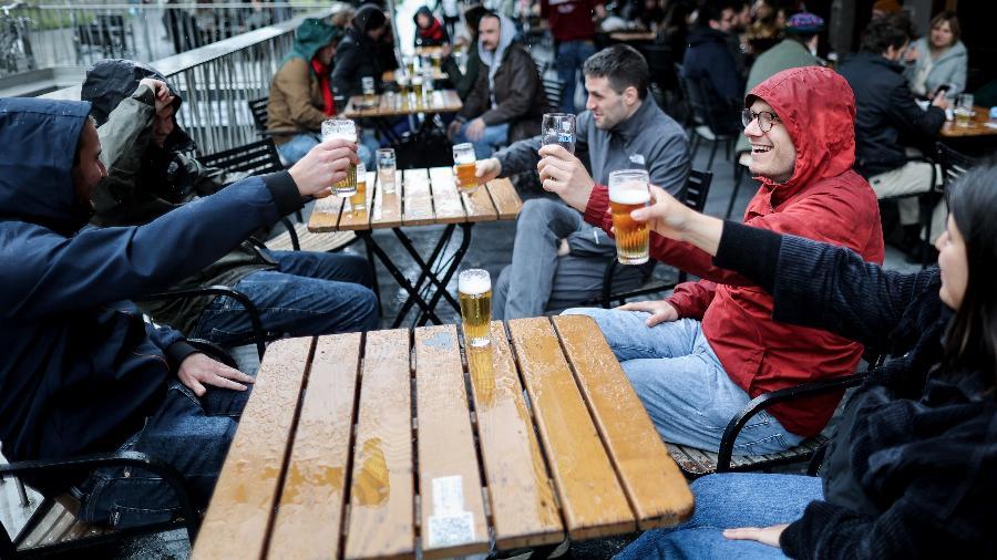 Bélgica flexibiliza restrições e pessoas vão aos bares em Bruxelas - Kenxo Tribouillard/AFP