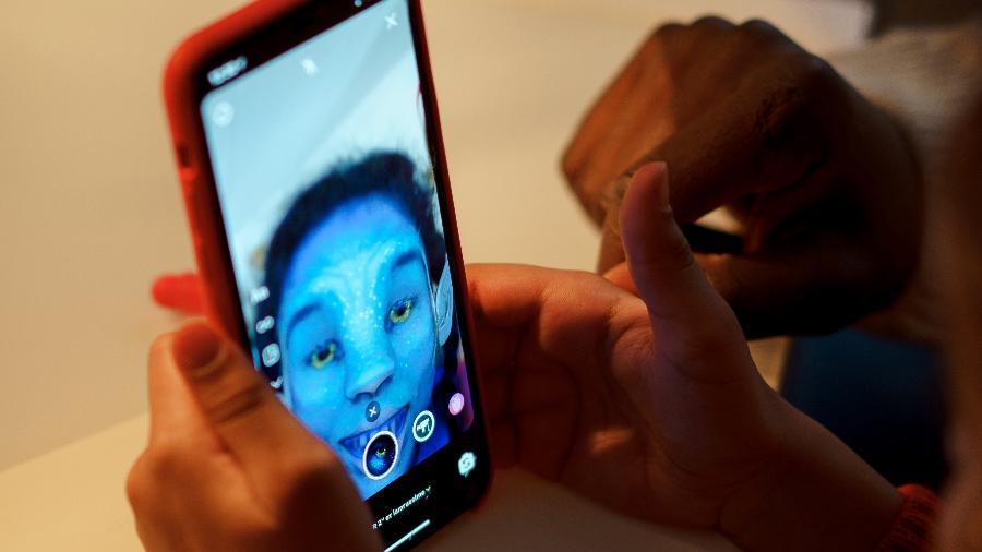 Filtro altera rosto de usuário na tela de um smartphone - cottonbro/ Pexels