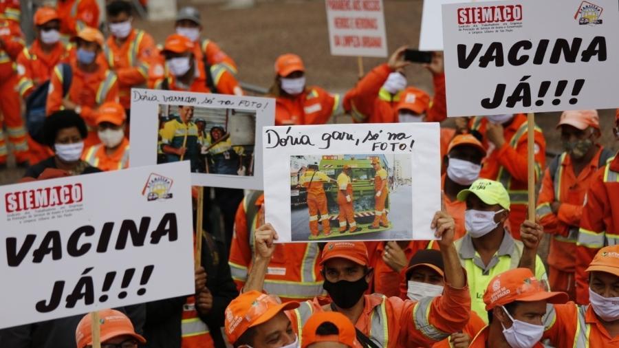 Trabalhadores da limpeza urbana fazem protesto por vacinação em São Paulo - Alexandre de Paulo