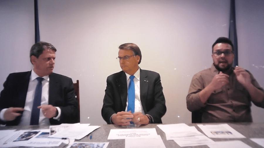 30.set.2021 - O ministro da Infraestrutura, Tarcísio Freitas, e o presidente Jair Bolsonaro, durante live semanal - Reprodução/Facebook