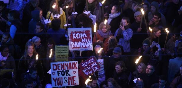 6.out.2015 - Moradores de Copenhague se manisfestam a favor dos refugiados diante do Parlamento dinamarquês