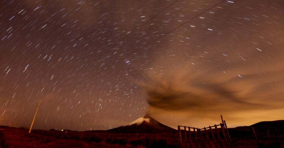 7.out.2015 - Em imagem obtida com recurso de longa exposição, o vulcão Cotopaxi, no Equador, expele cinzas e fumaça na atmosfera