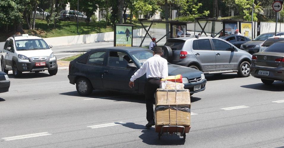 15.out.2015 - O vendedor chega ao ponto de trabalho, na av. Interlagos, zona sul de São Paulo