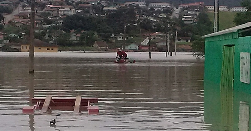 26.out.2015 - Jovem de 21 anos morreu afogado no bairro de Barragem, em Rio do Sul (SC). O rapaz ainda não identificado foi a quarta vítima fatal das fortes chuvas