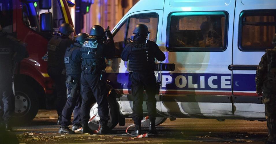 13.nov.2015 - Policiais cercam a sala de concertos Bataclan, em Paris, na França, onde um homem armado fez reféns. Agências de notícias falam em 100 pessoas dentro do local. Tiroteios e explosões aconteceram na noite desta sexta-feira (13) na capital francesa. A polícia relatou ao menos duas explosões nas proximidades do estádio Stade de France, onde o presidente francês, François Hollande, acompanhava um amistoso da seleção francesa