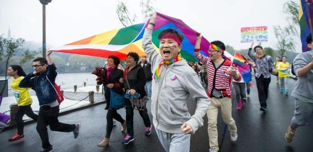 1.nov.2015 - Ativistas com bandeira LGBT em Hangzhou, na província de Zhejiang