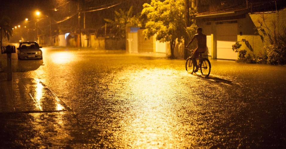 15.jan.2016 - Rua do Bairro Estufa 2, em Ubatuba (SP), fica alagada por causa da chuva que atingiu a região nesta madrugada