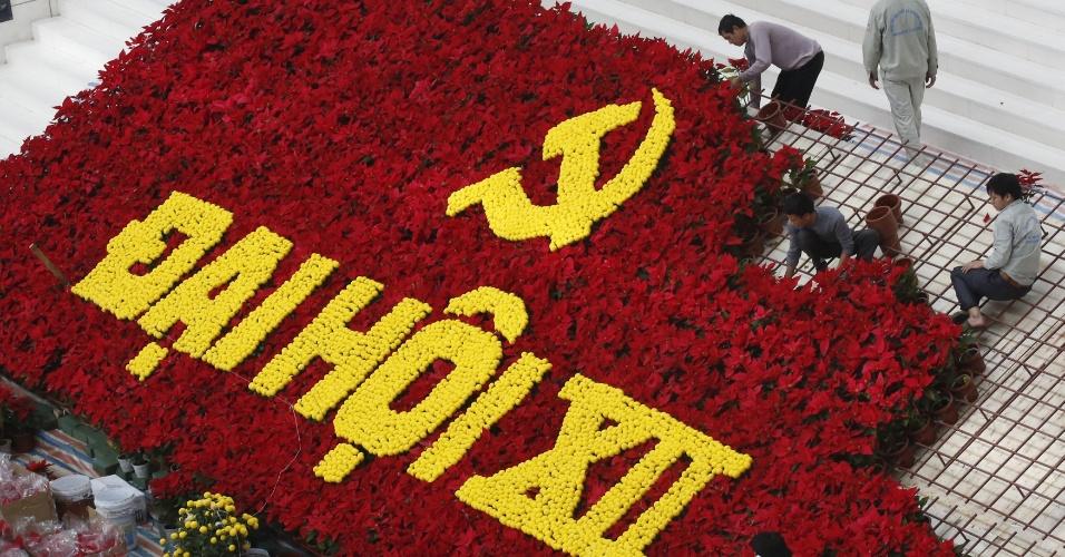 18.jan.2016 - Funcionários usam flores para decorar logotipo criado para promover o 12º Congresso Nacional do Partido Comunista do Vietnã, em Hanói