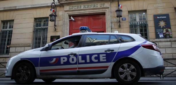 Carro da polícia fica na porta de escola em Paris, na França