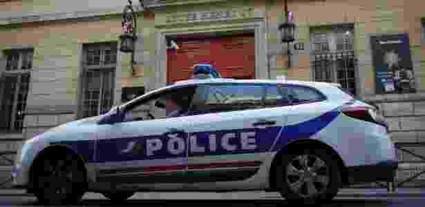 Carro da polícia fica na porta de escola em Paris, na França - Christian Hartmann/Reuters