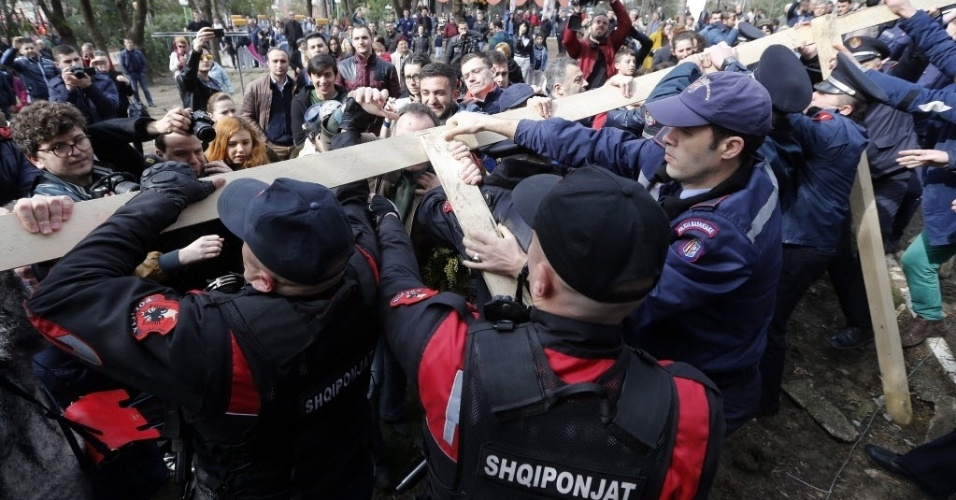 21.fev.2016 - Ativistas tentam destruir uma cerca no parque nacional de Tirana, Albânia. O grupo é contra a construção da cerca e a construção de um prédio próximo ao local