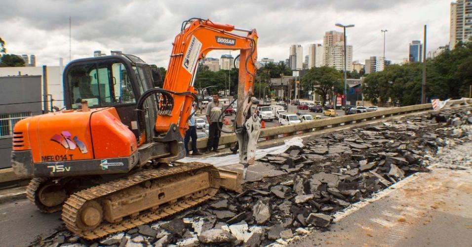 27.fev.2016 - Operários iniciam as obras de reparo no viaduto Santo Amaro, na zona sul de São Paulo. A estrutura ficou comprometida após um acidente envolvendo dois caminhões seguido de uma explosão, na manhã do dia 13 de fevereiro. De acordo com a administração pública, os laudos da vistoria indicavam que o viaduto não precisaria ser demolido