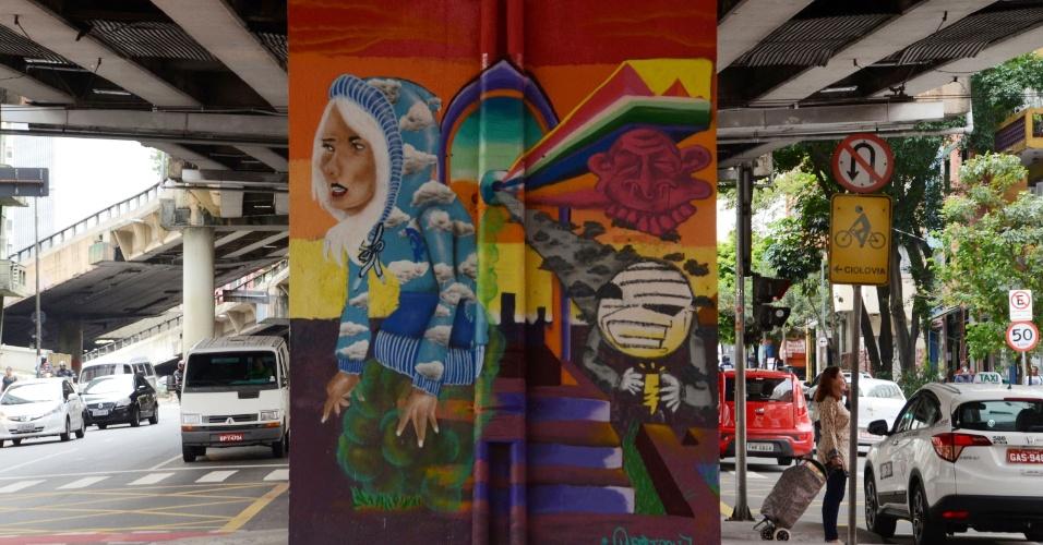 3.fev.2016 - Após a Prefeitura de São Paulo pintar de cinza todos os pilares do Minhocão, na rua Amaral Gurgel, artistas de voltam a grafitar nas paredes do local