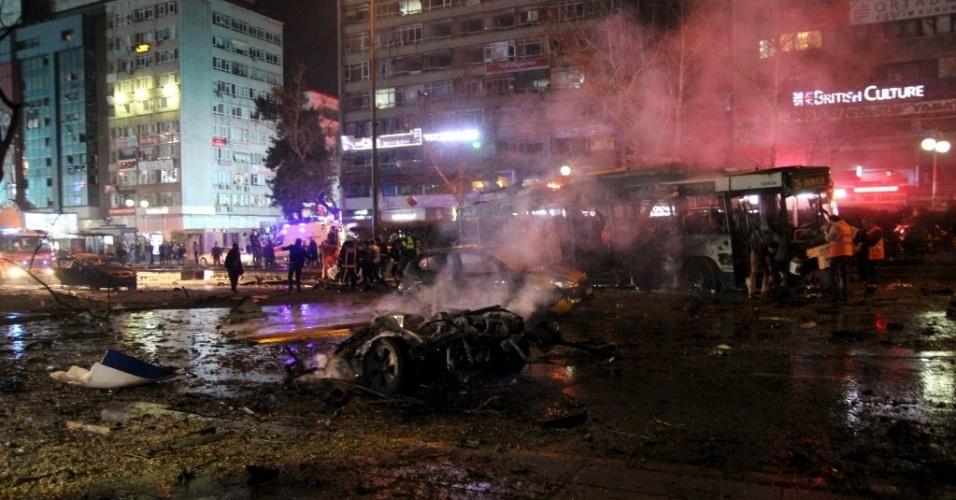 13.mar.2016 - Bombeiros trabalham no local atingido por uma explosão na capital da Turquia, Ancara, neste domingo (13). Após a explosão, que matou pelo menos 20 pessoas, foram ouvidos tiros, segundo autoridades locais