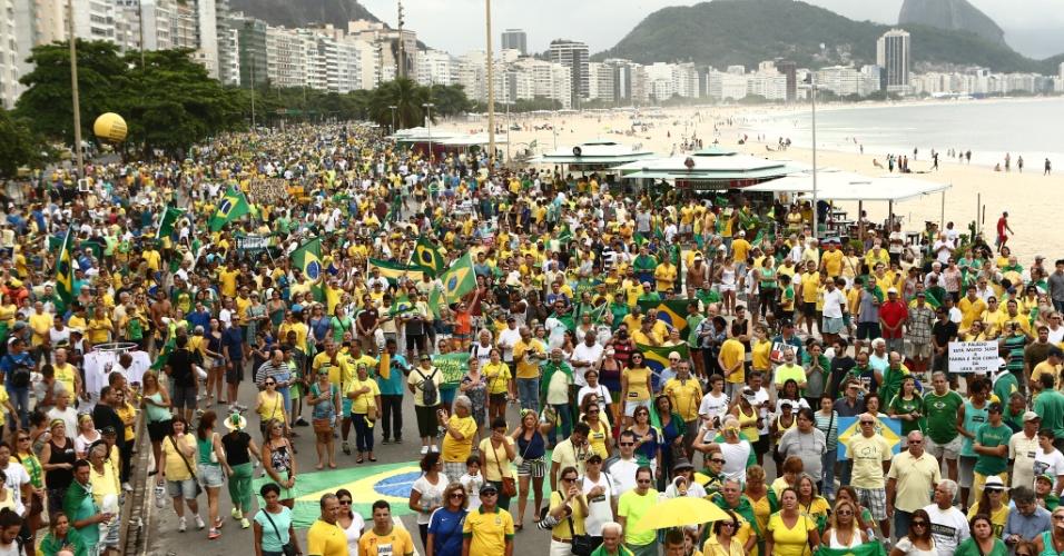 13.mar.2016 - Manifestantes se reúnem na praia de Copacabana, no Rio de Janeiro, para protestar contra o governo Dilma Rousseff (PT). Manifestações devem ocorrer em pelo menos 415 cidades brasileiras e outras 23 no exterior, de acordo com os movimentos organizadores