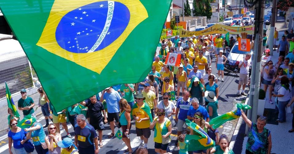 20.mar.2016 - Manifestantes contrários ao governo federal fizeram ato na manhã deste domingo (20) no Centro de Convivência, região central de Campinas (SP), e percorreram ruas do bairro Cambuí