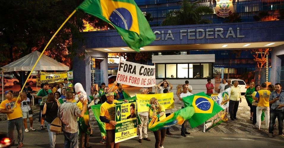 21.mar.2016 - Manifestantes protestam em frente ao prédio da Polícia Federal de Recife (PE) contra o Governo Dilma e a favor do juiz Sérgio Moro, responsável pela condução da Operação Lava Jato, em Curitiba (PR)