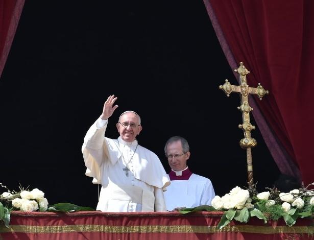 Papa Francisco acena após a missa do Domingo de Páscoa, na Basílica de São Pedro