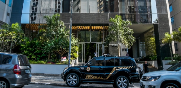 Polícia Federal chega ao escritório da construtora OAS, em São Paulo, durante a 28ª fase da Lava Jato