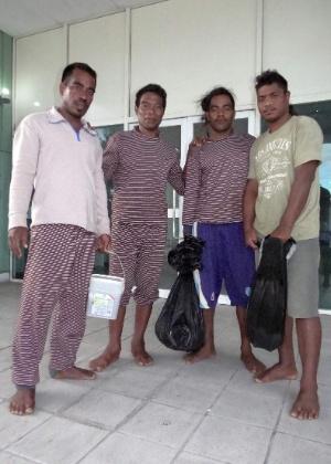Os marinheiros Moamoa Kamwea, Tatika Ukenio, Bonibai Akau e Boiti Tetinauiko(da esquerda para a direita), de Kiribati, no hospital de Majuro, nas Ilhas Marshall, após serem resgatados