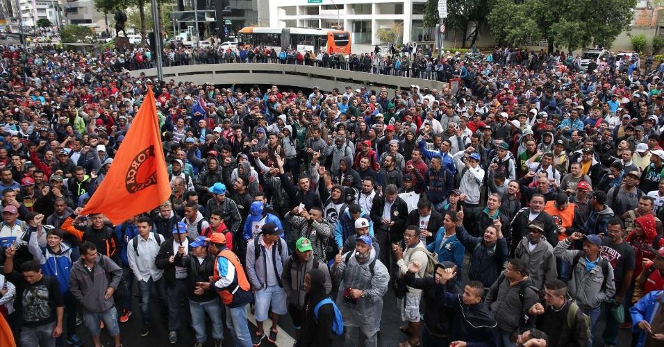 23.mai.2016 - Trabalhadores do setor da Construção Civil realizam protesto na praça do Ciclista, em São Paulo, na manhã desta segunda. Convocado pelo Sintrascon-SP (Sindicato dos Trabalhadores da Construção Civil de São Paulo), ligado à Força Sindical, o ato pede melhorias salariais