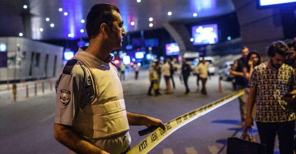 28.jun.2016 - Policial isola área do aeroporto de Ataturk, em Istambul, na Turquia, onde homens dispararam fuzis e depois se explodiram no local, matando dezenas de pessoas morreram e ferindo centenas