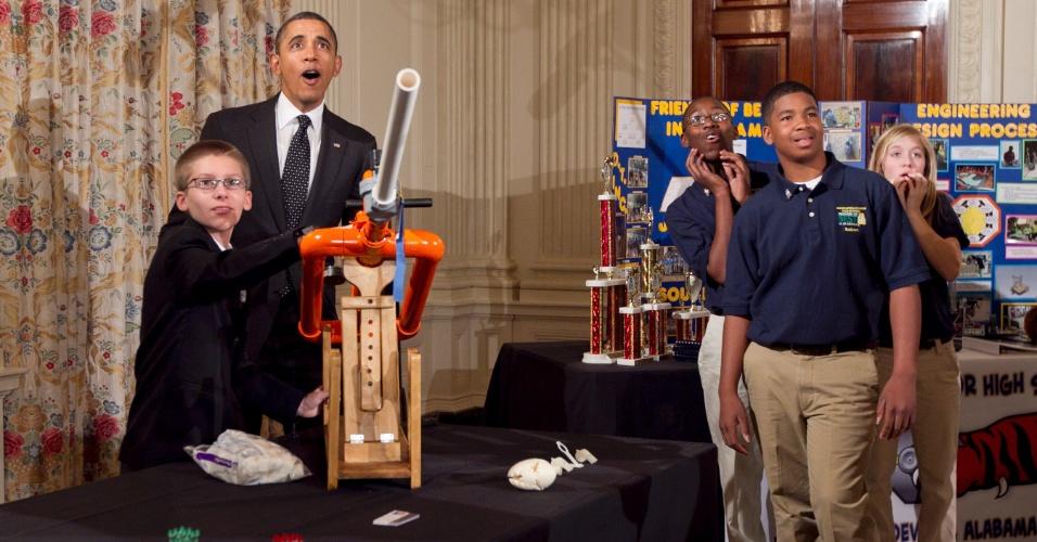 7.fev.2012 - Obama observa o estudante Joey Hudy, 14, lançar um 'projétil' de seu canhão de marshmallow durante feira de ciências na sala de jantar da Casa Branca