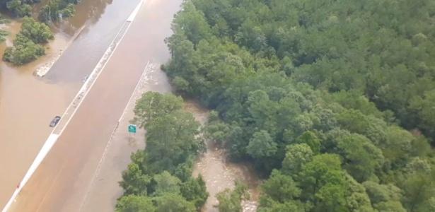 14.ago.2016 - Inundação deixa carro submerso em rodovia da Louisiana