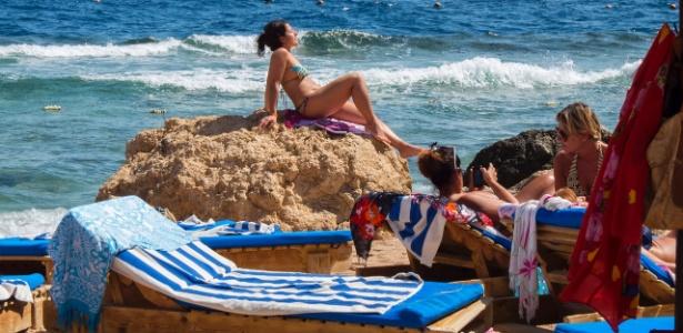Turistas tomam banho de sol em Sharm el-Sheikh, no Egito - Flory/ iStock