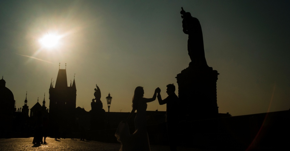 7.set.2016 - Noivos posam para fotografia em bela manhã de Praga, na República Tcheca