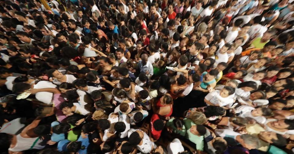 8.out.2016 - Milhares de fiéis participam neste sábado (8) da Trasladação, a quinta romaria oficial do Círio de Nazaré, em Belém (PA). Também conhecida como procissão luminosa, a romaria saiu do Colégio Gentil Bittencourt por volta das 17h30. Nela, a imagem de Nossa Senhora de Nazaré faz o trajeto inverso da grande procissão de domingo (9)