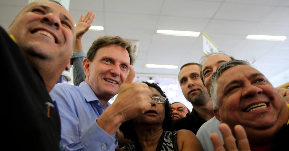 O candidato à Prefeitura do Rio Marcelo Crivella (PRB) posa para foto com apoiadores no último dia de campanha em Rio das Pedras, na zona oeste da cidade