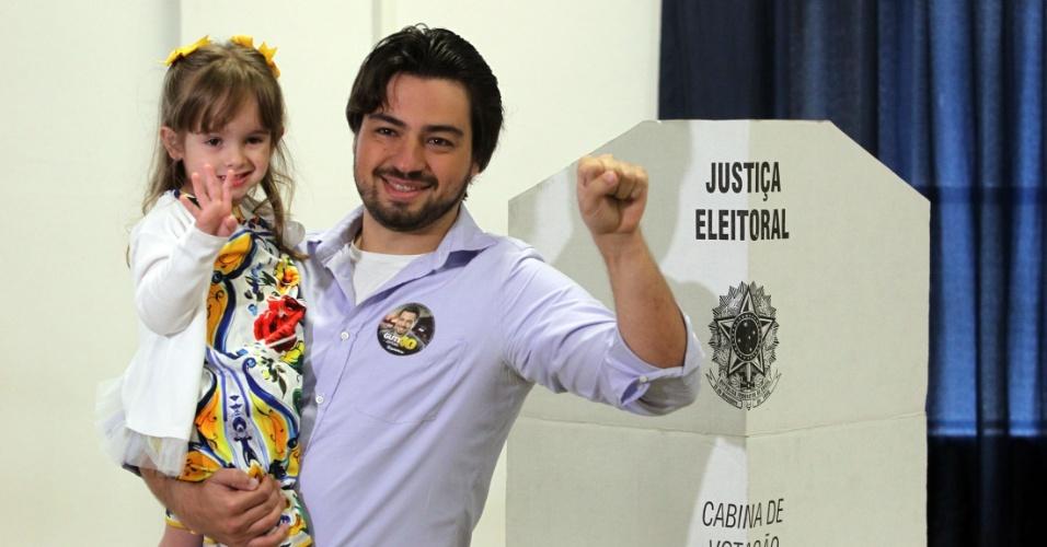 30.out.2016 - O candidato à Prefeitura de Guarulhos Guti (PSB) votou acompanhado de sua sobrinha e de seu vice Alexandre Zeinune (Rede) na Universidade de Guarulhos (UNG), no segundo turno das eleições municipais
