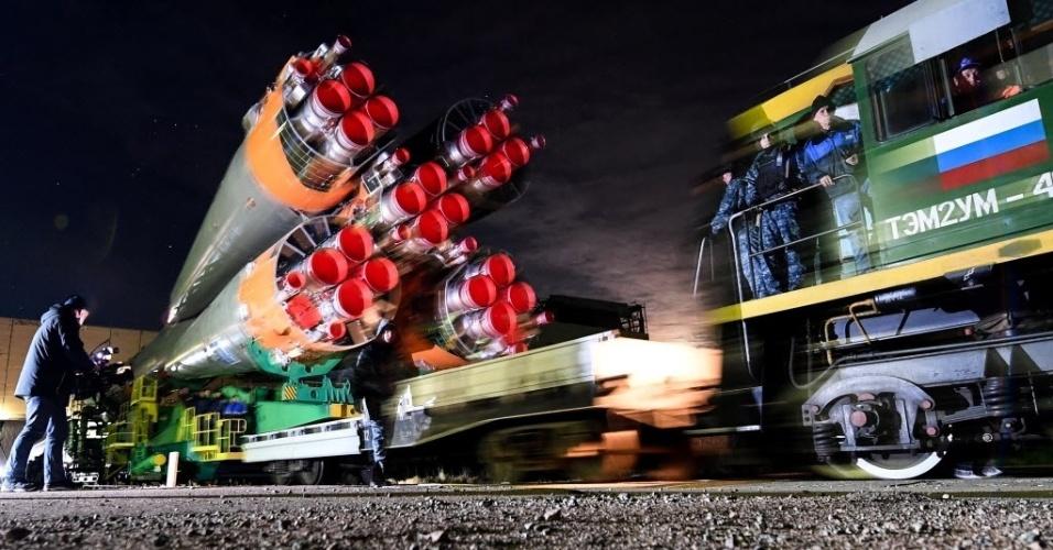PREPARANDO A PARTIDA - A nave espacial Soyuz MS-03 chega à plataforma de lançamento na base de Baikonur, administrada pela Rússia e localizada no Cazaquistão. A próxima missão da Soyuz à ISS (Estação Espacial Internacional) transportará os astronautas Peggy Annette Whitson, da Nasa (Agência Espacial dos EUA) e Thomas Pesquet, da Esa (Agência Espacial Europeia), e o cosmonauta Oleg Novitskiy, da Roskosmos (Agência Espacial da Rússia)