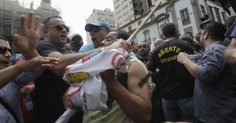16.nov.2016 - Manifestantes entram em confronto entre si durante protesto contra a discussão do pacote de medidas de austeridade do governo estadual