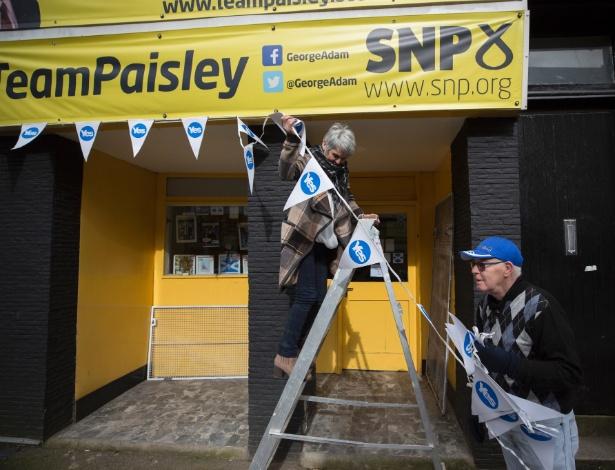 13.mar.2017 - Ativistas do Partido Nacional Escocês colocam propaganda de referendo pela independência da Escócia, em Paisley