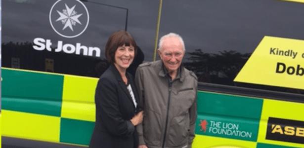 Beryl e Doug Good em frente da ambulância que eles doaram