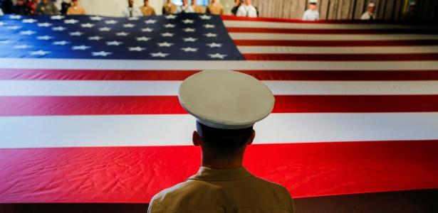 Membros do Exército americano seguram a bandeira dos EUA enquanto participam da cerimônia de comemoração anual do Memorial Day do Museu em Nova York