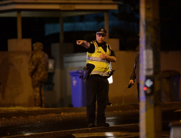 Policiais atuam em sequestro em Brighton, no subúrbio de Melbourne (Austrália)