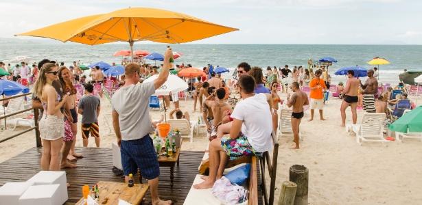 14.dez.2013 - Turistas em beach club de Jurerê Internacional, em Florianópolis