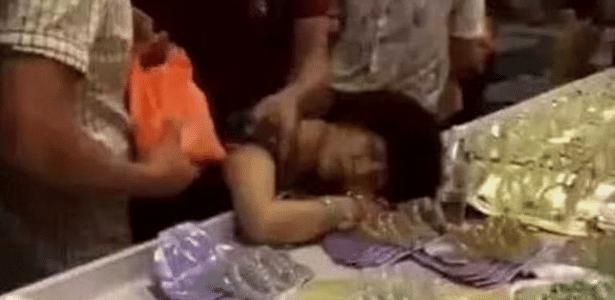 Mulher foi levada a um hospital após o desmaio