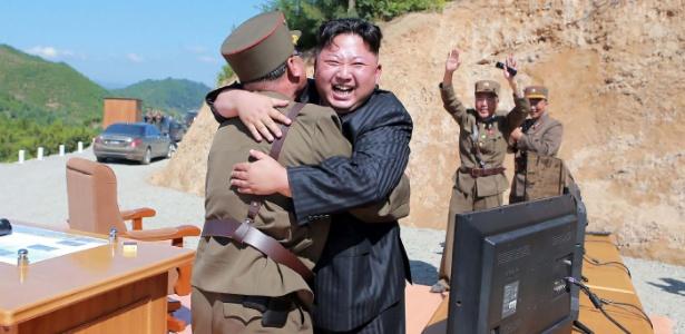4.jul.2017 - Jong-un comemora sucesso em lançamento de míssil intercontinental