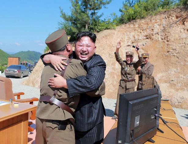 Kim Jong-un, na comemoração pelo sucesso do lançamento de míssil na terça-feira (4)