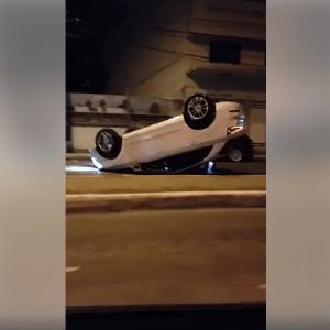 Carro capotado na Avenida Presidente Itamar Franco, em Juiz de Fora (MG) - Reprodução