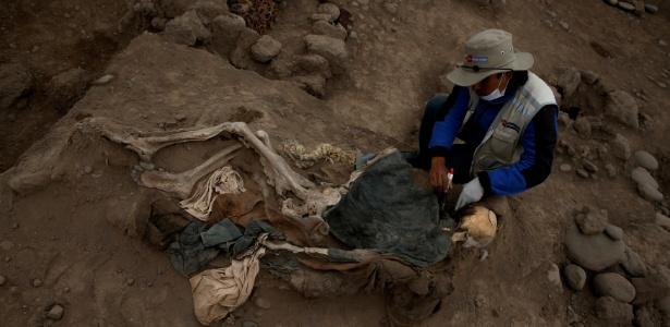 Arqueólogo trabalha em uma tumba, em Lima, no Peru, onde foram encontrados corpos que possivelmente são de imigrantes chineses que viveram no local no final do século 19 - Mariana Bazo/Reuters