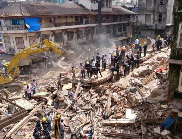 Resgatistas procuram por vítimas de desabamento de prédio na manhã desta quinta-feira