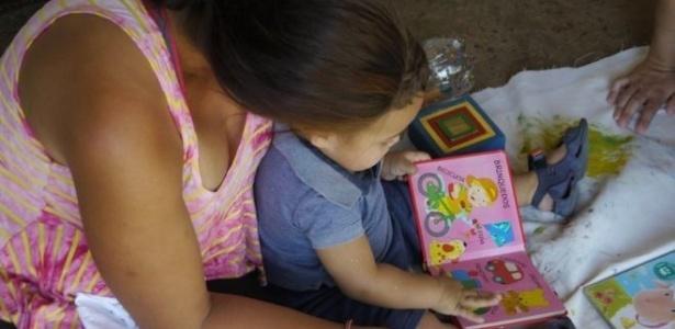 Tatiane de Oliveira, 30, participa de visita do Criança Feliz com o filho Pablo, de 1 ano e 5 meses, em Vera Cruz (SP)