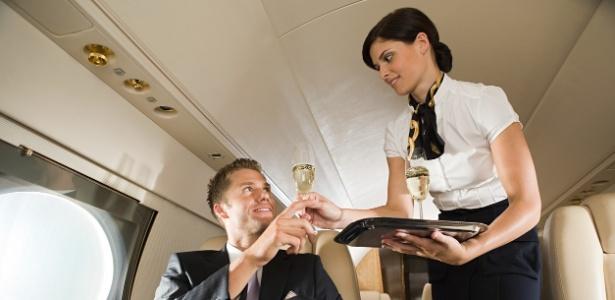 Rico sofre? Sofre! Às vezes eles recebem vinho espumante em vez de champanhe...