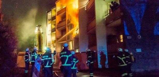 Bombeirros combatem incêndio em centro de acolhimento a refugiados em Bad Homburg, no estado de Hessen