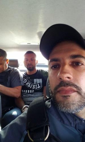 6.dez.2017 - O delegado Gabriel Ferrando, que comandou a operação que levou à prisão de Rogério 157, aparece em uma selfie dentro de um carro da polícia com o traficante
